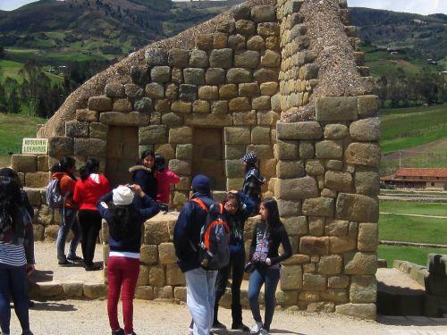 Lugares turísticos del Ecuador: Turistas en el Templo de Sol de Ingapirca.