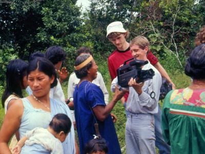 BEDREIGINGEN VAN HET AMAZONEGEBIED VAN ECUADOR: An entire Siona family including babies participated in the first Cuyaeno ecotour in 1986.