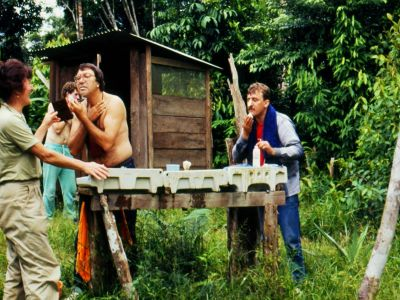 BEDREIGINGEN VAN HET AMAZONEGEBIED VAN ECUADOR: The bathroom for the first ecotour in 1986 was an outhouse and a field table.
