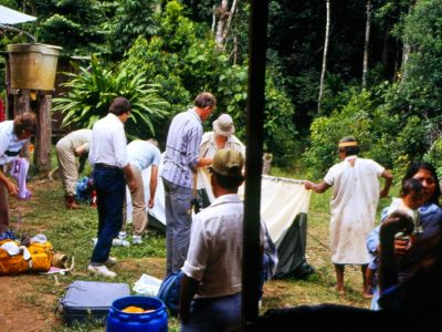 BEDREIGINGEN VAN HET AMAZONEGEBIED VAN ECUADOR: Sionas and tourists jointly set up camp on first ecotour in 1986.